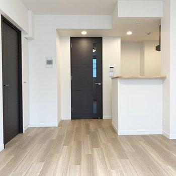 【 LDK】嬉しいカウンターキッチン。※写真は5階の同間取り別部屋のものです