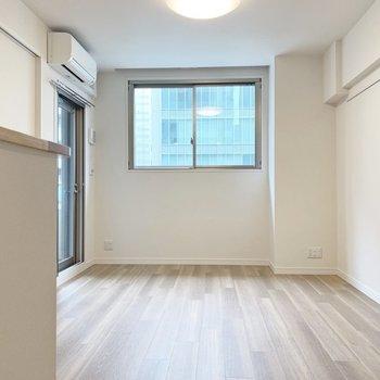【 LDK】白を基調としていて明るいですね。※写真は5階の同間取り別部屋のものです