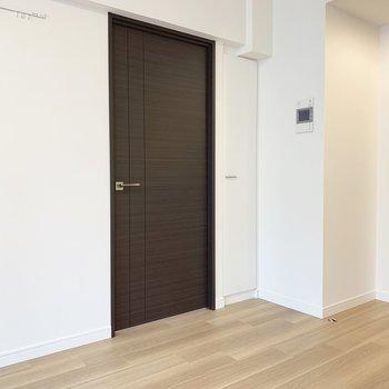 【 LDK】こちらは、洋室の扉。※写真は5階の同間取り別部屋のものです