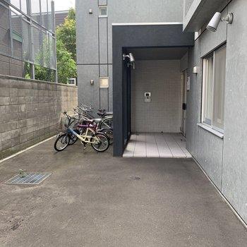 エントランス横には駐輪場