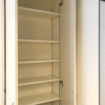 キッチンの収納、ここには乾麺や調味料を〜*写真は別部屋のものです