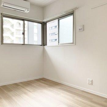 【洋室】2面採光。南東向きです。※写真は5階の同間取り別部屋のものです