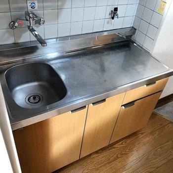 コンロはガス1口のものを。サーモ水栓で使いやすいですね。
