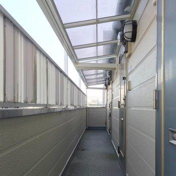 共用廊下の屋根が透けていて爽やか。