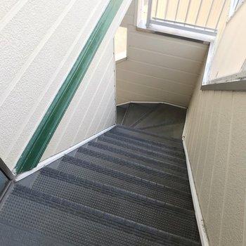 2階までは階段で。幅はコンパクトなので大荷物の日は工夫しよう。