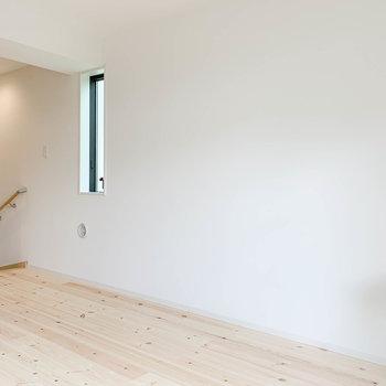 階段側には小窓。家具も置きやすそう。