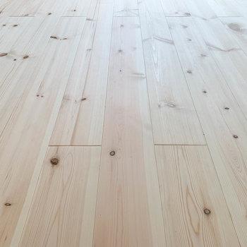 【ディティール】無垢床なので、手触りがとても良いのです。