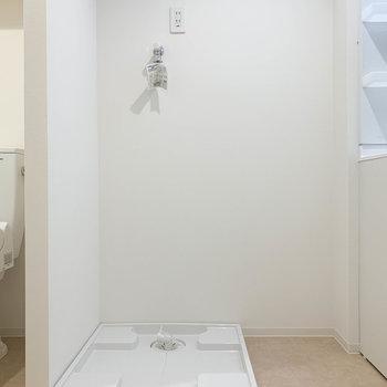 洗面台の左に洗濯機置き場があります。