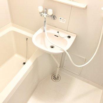 お風呂は洗面台とのユニット。※写真は3階同間取り・別部屋のものです