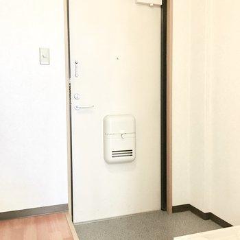 玄関はシンプルな白いドア。※写真は3階同間取り・別部屋のものです