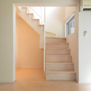 リビング左側に2階へ上がる階段で(※写真は3階の反転間取り別部屋のものです)す。