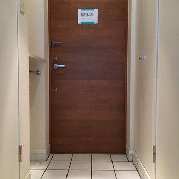 玄関ドアもおしゃれさ忘れてません。(※写真は3階の反転間取り別部屋のものです)