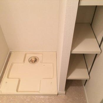 洗濯機置場の横には可動棚つき!賢く収納を。(※写真は3階の反転間取り別部屋のものです)