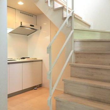 ちらっとキッチンが見えますね。2階のお部屋はのちほど♪(※写真は3階の反転間取り別部屋のものです)