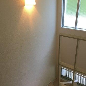 1階に戻ろう。階段のライトがまたいい感じ。(※写真は3階の反転間取り別部屋のものです)