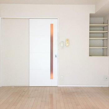 入口横にはちょっとした棚が。お気に入りをディスプレイして。(※写真は3階の反転間取り別部屋のものです)