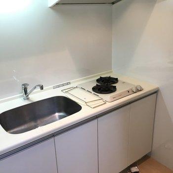 キッチンは少し小さめかな?でもコンロ2口、シンクに乗せる作業台もある!(※写真は3階の反転間取り別部屋のものです)