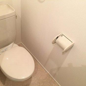 トイレはウォシュレットなしのシンプルタイプ。(※写真は3階の反転間取り別部屋のものです)