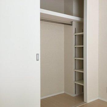 片側ずつしか開かないけど、右側には作り付けの棚が♪バッグとかの収納に助かる。(※写真は3階の反転間取り別部屋のものです)