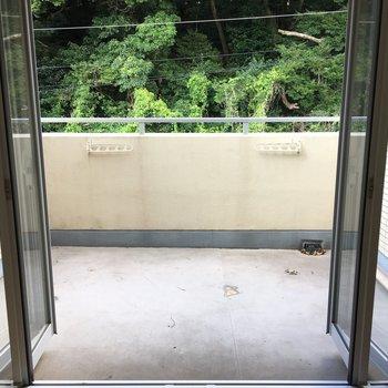 バルコニーオープン!この窓の開け方にはちょっとコツが。でもすぐつかめます♪(※写真は3階の反転間取り別部屋のものです)