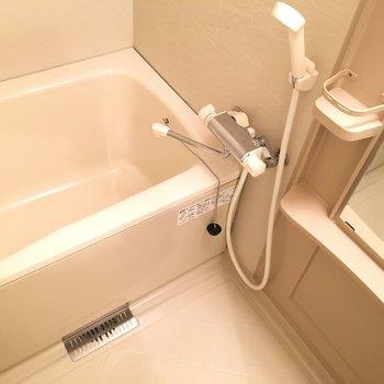 お風呂はすっきりと。シャンプー棚もあります。(※写真は3階の反転間取り別部屋のものです)
