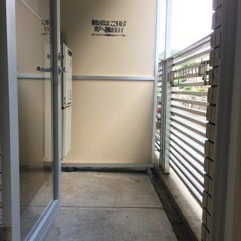 1階部分にも小さめベランダがあります。ちょっとした洗濯物くらいならここでササッと♪(※写真は3階の反転間取り別部屋のものです)