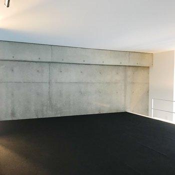【ロフト】床はカーペット素材です。