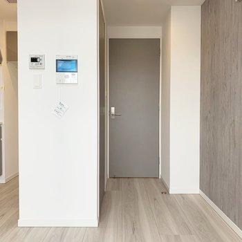 グレーのドアが好き。※写真は7階の同間取り別部屋のものです