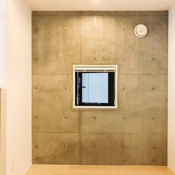 【DK】もうひとつ、降りてきて。コンクリに囲まれた小窓。