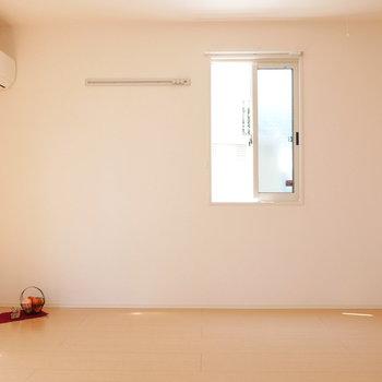 西側にも小窓。1階ながら、 二面採光で明るさあります。