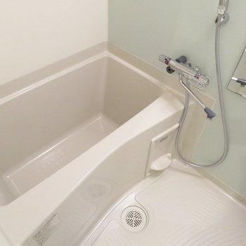 お風呂は小さめですが、浴室乾燥機付きで高機能◎ ※写真は別部屋反転タイプのものです