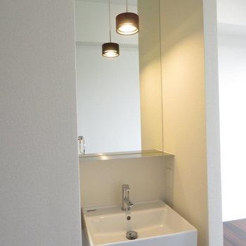 鏡が天井まであるシンプルな洗面台 ※写真は別部屋反転タイプのものです