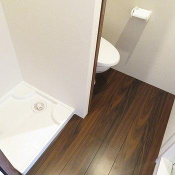 トイレと洗濯機置き場が同居 ※写真は別部屋反転タイプのものです