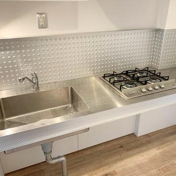 【LDK】4口ガスのキッチン。がっつり料理も楽しめそうです。