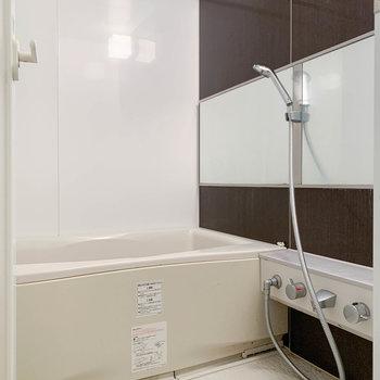 浴室乾燥や追い炊きのついたお風呂です。※クリーニング前の写真です。