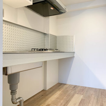 【LDK】キッチン下にラックなど、収納が置けそうです。