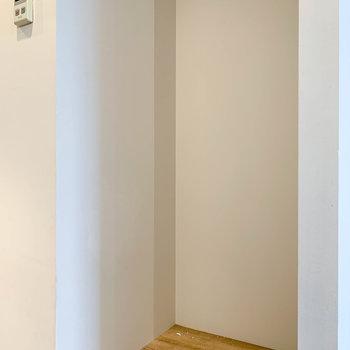 【LDK】 キッチン後ろに冷蔵庫置き場。※クリーニング前の写真です。