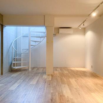 【B1洋室】奥側から見ると。螺旋階段の右、ベッドを置くのにちょうど良さそうなスペース。