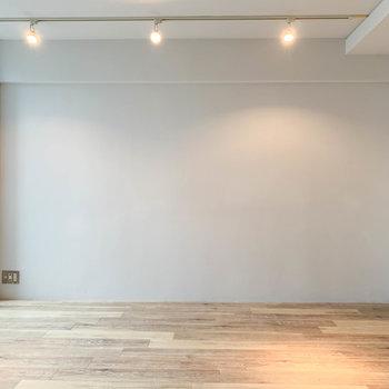 【LDK】窓側の壁はホワイト。