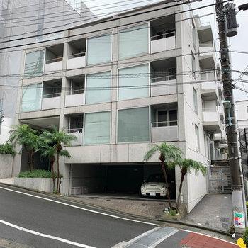 坂沿いにあるマンション。