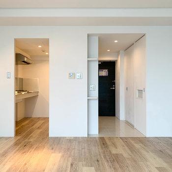【LDK】窓側から見ると。左がキッチンで右が玄関に続きます。