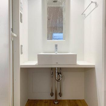 サニタリーにはシンプルな洗面台。※クリーニング前の写真です。