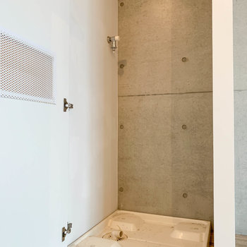 廊下の扉を開けると洗濯機置き場があります。
