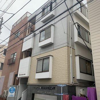 1階のペットホテルが目印のマンションです。