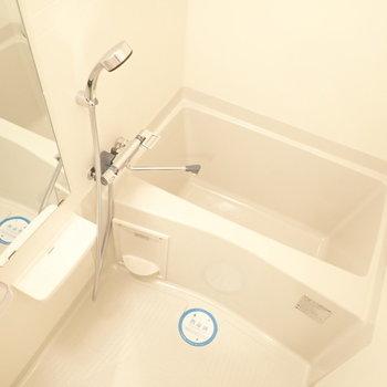カクカクとしたバスルーム(※写真は14階の反転間取り、別部屋のものです)