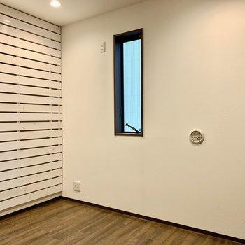 小窓付き。こちらは寝室にしようかな。