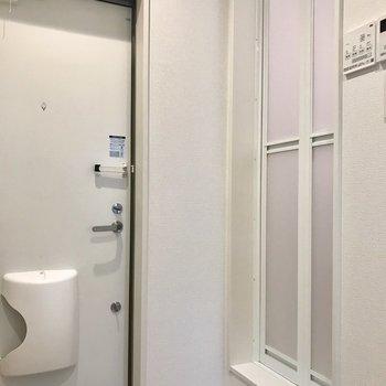 お風呂は玄関入ってすぐに※写真は2階の同間取り別部屋のものです