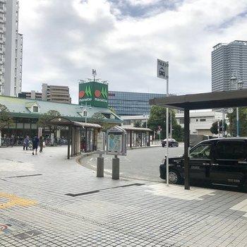 駅前には大きいスーパーがあります