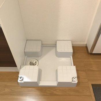 おとなりに洗濯機置き場があります※写真は2階の同間取り別部屋のものです