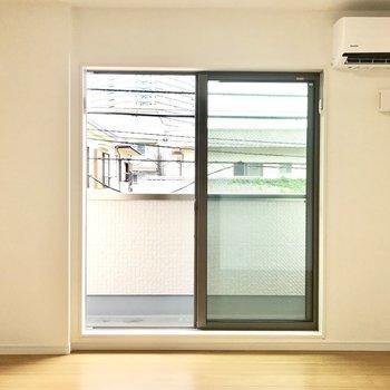 大きい窓からは優しい光と風が入ってきます※写真は2階の同間取り別部屋のものです